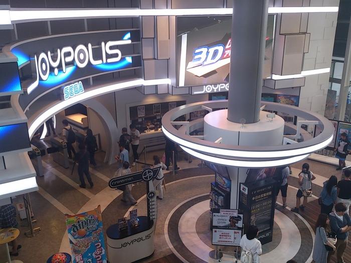 「東京ジョイポリス」はショッピングモール「デックス東京ビーチ」内にある国内最大級の屋内型アミューズメントパークです。20種類以上の様々なアトラクションがあり、カップル・グループ・ファミリーと幅広い世代が遊びに来ます。