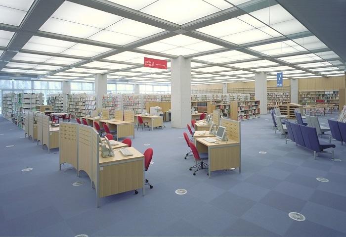 サンクンガーデンや大きな窓によって、地下とは思えない明るくひろびろ感のある館内。100席ほどのデスクでは、一部、電源が使える席もあります。区内8図書館を集約する中央館だけに、3000㎡の面積に40万冊もの蔵書が収められています。