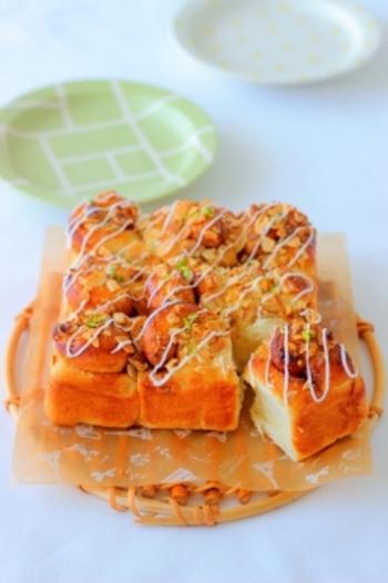 シナモンの香りに、トッピングしたクルミやアーモンドが香ばしいちぎりパン。仕上げにアイシングをかければ、カフェ風の本格的なパンになります。