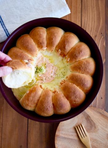 取っ手のとれるフライパンで発酵も時短&型も不要。テーブルにそのまま器として出せるから、チーズのトロトロ感と熱々の焼きたてをキープできます。