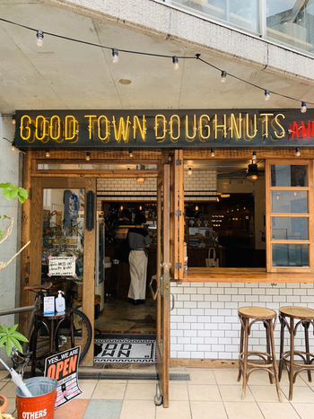 表参道駅から歩いて約10分の裏路地にある「GOOD TOWN DOUGHNUTS(グッド タウン ドーナツ)」は、アメリカンスタイルのインテリアがカッコ良い人気のドーナツ店。