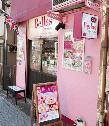 """「Bellas Cupcakes(ベラズ カップケーキ)」は、""""美味しくて幸せな気分になる""""がコンセプト。歴史あるお寺が多い泉岳寺でひときわ目立つピンク色の外観が目印です。"""