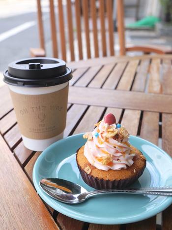 ピスタチオやコーヒーなど10種類ほどのフレーバーがあります。シンプルなカップケーキに絞ったバタークリームとトッピングのデコレーションのバランスがお見事。甘さ控えめで、ついつい手が伸びる美味しさです。