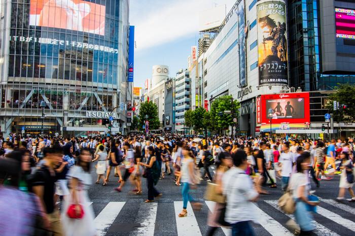 ハチ公前広場の先にあるのは、渋谷の人の多さを象徴するスポット「スクランブル交差点」です。一度に1,000人以上が渡るとされるこの場所は、「世界一人が多い交差点」と言われています。海外の人にとっては、これだけの人がぶつからずに移動できるのが驚きなのだそうですよ。