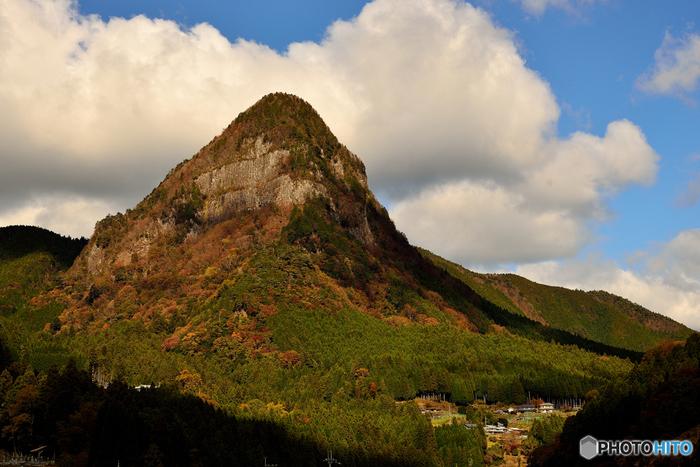 天を突くように垂直に伸びた頂を持つ鎧岳は、標高894メートルの山で、まるで鎧を着た雄々しい姿であることから『鎧岳』と名付けられた岩山です。この山は、その独特の景観美から国の天然記念物に指定されています。