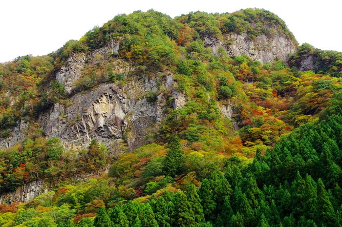 日本百景の一つに数えられている小太郎岩は、高さ約200メートルほどの垂直に切り立った岸壁が連なる大岩です。小太郎岩の模様をよく見てみましょう。中腹にはまるでライオンの顔を掘ったような岩が見えることに気が付きませんか?