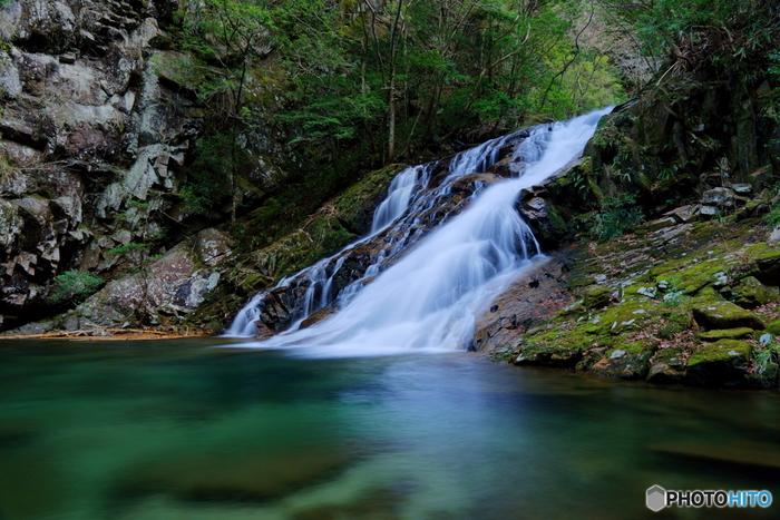 済浄坊の滝は、昔、修験者がこの地で、行水をして心身を清め、水煙大不動明王の霊を仰いだという伝説がある滝です。