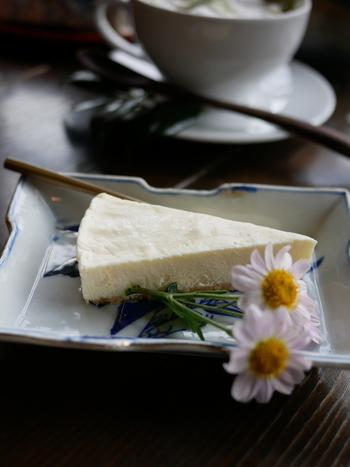 ケーキや抹茶などのカフェメニューでほっとひと息つきましょう。趣のある器に盛り付けたチーズケーキには、お花が添えられています。秋はマーガレット、春は桜と風情を感じられるのがステキですね。川のせせらぎに耳を澄ませながら、ゆっくり過ごしましょう。