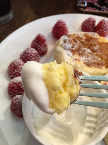 パンケーキは、ベーキングパウダーや重曹を使っていないのにふわしゅわ食感。北海道産のバターミルクと発酵バターの香りがふわりと広がり、贅沢な味わいです。トッピングのクリームは、動物性100%の生クリーム。濃厚なのに後味がさっぱりしていて、シンプルなパンケーキに良く合いますよ。