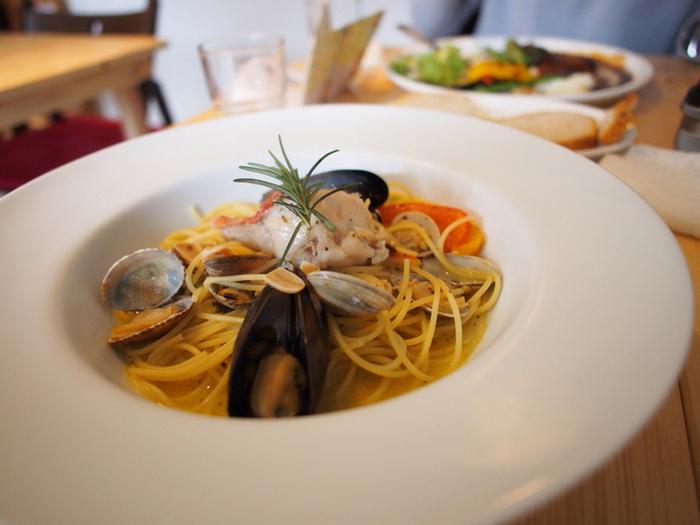 ランチタイムはパスタやニョッキが人気で、特にシーフードを使ったお料理がおすすめです。こちらの「金目鯛とムール貝の塩パスタ」は、大粒のムール貝やアサリと下田名物の金目鯛が入った魚介のうまみたっぷりなひと皿。