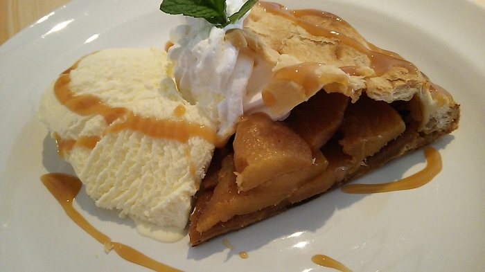 「キャラメルアップルパイ」は、キャラメリゼしたりんごとバニラアイスの組み合わせがたまりません。ランチにもカフェにもおすすめなので、ぜひ足を運んでみてはいかがでしょうか?