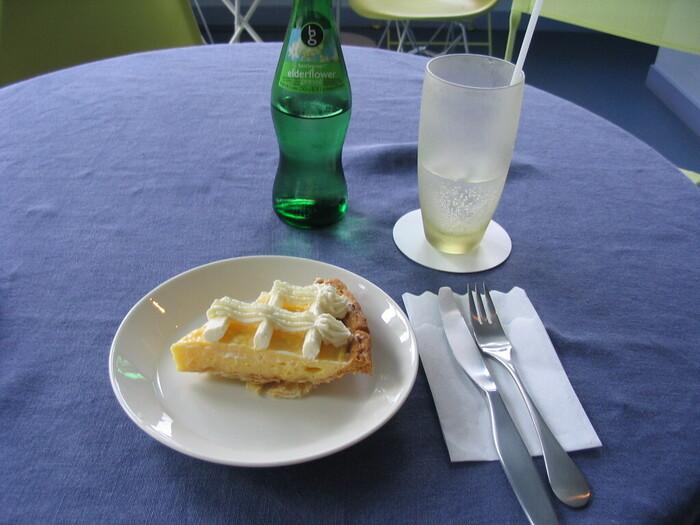 手作りケーキは、季節感を意識して作られています。さっぱりとした甘さのレモンパイや、焼きリンゴなど、訪れるたびに新しいスイーツに出合えますよ。