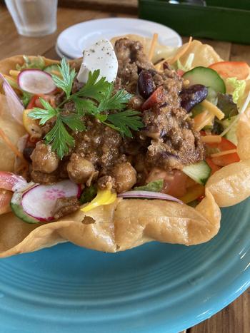 アメリカンサイズのお料理が評判です。こちらの「メキシカンサラダ」は、器がタコスなので、パリパリと崩しながらいただくスタイル。お豆や野菜がたっぷりで、これだけでもおなかいっぱいになりそう。