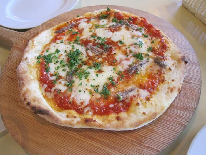パスタとピザが人気のカフェで、こちらは定番のマルゲリータ。少し厚めの生地はモチモチしていて食べ応え満点です。自家製トマトソースとたっぷりのモッツァレラチーズのコクが最高。橋にセッティングされた席で、川を眺めながらのランチはいかがでしょうか?