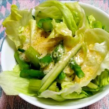 こちらのレシピでは、ドレッシングにヨーグルトを使っています。バルサミコ酢やオリーブオイルなどと合わせたおしゃれな味わい。サラダの野菜はお好みで変更して、朝食に合わせてアレンジしてみてください♪