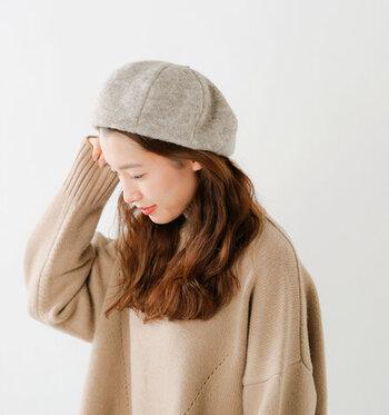 秋のファッション小物として外せない「ベレー帽」。仕上げに被るだけでコーデのワンポイントになります。定番の黒以外にも、柔らかい雰囲気で馴染ませるならベージュやグレーもおすすめ。髪を耳にかけると顔周りがすっきりと見えます。斜めや後ろ倒しなど、被り方も工夫してみましょう。