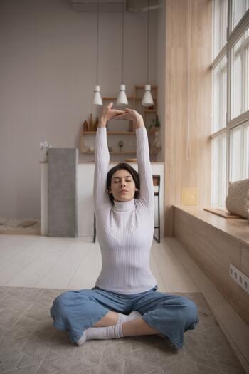 まずは自律神経のバランスを整えてリラックス効果が期待できる「ストレッチ」や「ヨガ」から始めてみましょう。寝る前に行えば気持ちよく眠りにつくことができ、翌朝もすっきりと目覚められるはずですよ。