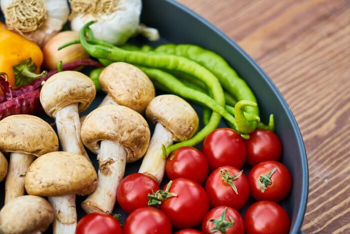涼しくなる秋は、食欲もわいてくる時期。栄養バランスの良い食事というのはもちろんですが、たんぱく質やビタミン類に加え、食物繊維が豊富な食品を積極的に摂るのがおすすめです。疲労回復をしながら弱った胃腸をサポートしてくれるものが秋の味覚にはたくさん揃っています。疲れたときに取り入れることで、翌日も元気に過ごせるはずですよ。