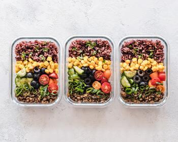 1日3食すべて栄養バランスが整っていて、自炊したものを食べる。とても理想的ですよね。食材選びや献立を考えること、料理をすることそのものが楽しければいいのですが、時には「しんどいな」と感じることも。そんなときは「1日のトータルで栄養バランスが取れていればOK」「夜は納豆ごはんだけでもOK」と、「こうでなくちゃ」から抜け出してみるのも大切です。食事は楽しむことが何よりですから。