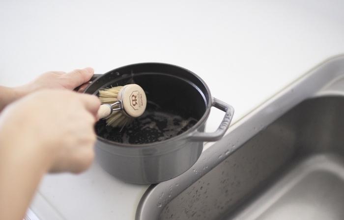 ホーロー鍋は、他の鍋と比べて難しい印象がありますが、基本を押さえておけば大丈夫です。 基本的なお手入れは、台所用中性洗剤とスポンジで優しく洗います。  また、汚れ具合によって、製品によっておすすめのケア方法があるようです。 たとえばルクルーゼのホーロー鍋の場合は、食材による汚れをとるために鍋に重曹を加えた水を沸かし、しばらく放置してから中性洗剤とスポンジで洗うと良いのだそう。ストウブのホーロー鍋の場合、しつこい焦げつきをとるためには、ココットを水と洗剤につけ置きし、焦げが自然と表面から剥がれるのを待つ方法が推奨されています。  ※それぞれの製品の使用方法を確認しましょう。