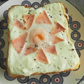 こちらのレシピはちょっぴり変わり種。ヨーグルトをそのまま使い、パンの上で焼きヨーグルトにします。オーブントースターで焼くときには、下に垂れないように、アルミホイルや鉄板などを敷いてから焼くと良いでしょう。