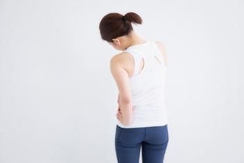 猫背や反り腰など、姿勢が悪い人によく見られるのが腰痛です。腰痛と冷えは関係がないようにみえがちですが、お尻の筋肉が凝り固まっていると腰痛になる危険性が高いと言われています。