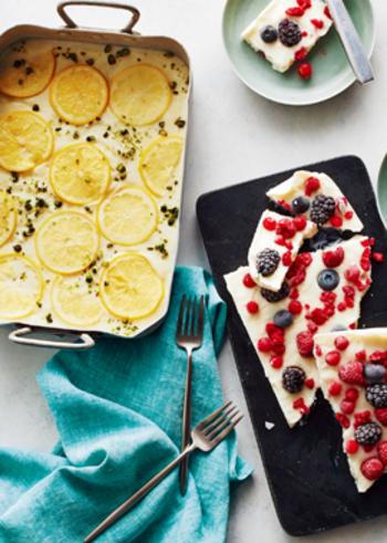 こちらは、ヨーグルトで作る冷たいデザートです。ヨーグルトは一晩水切りしてから使いましょう。こちらのレシピでは、ハチミツレモンとミックスベリーの2種が作れます。フォトジェニックなので、おもてなしデザートにもおすすめ♪