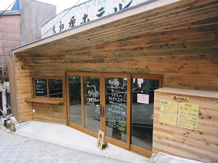 宮ノ下駅の目の前にある「森メシ」は、昭和の古民家をリノベーションしたカフェ。建築家兼デザイナーであるオーナーが手がけたお店は、木材を使ったナチュラルな雰囲気の外観が目を惹きます。