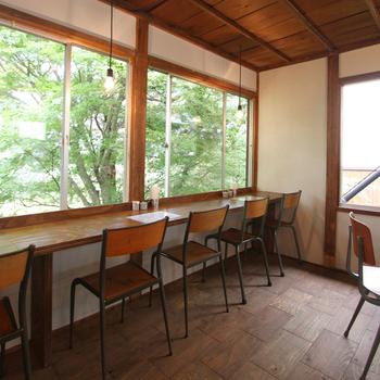 大きな窓からは箱根山を一望でき、まるで森の中で食事をしているかのような気分に。テーブル席や小上がりもあるので、家族連れにも人気です。