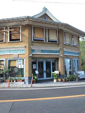 宮ノ下のシンボル、富士屋ホテルの正面にある「Cafe' de motonami(カフェ・ド・モトナミ)」は、店主が富士屋ホテルの雰囲気に惹かれオープンしたこだわりのお店。  洋館のようなモダンな建物は、富士屋ホテルが大正時代に小田原駅前に建てたバス待合室を改築したもので、レトロな街並みにしっくりとなじんでいます。