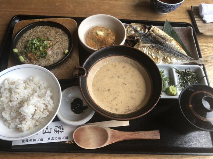 ランチにおすすめなのは「至高の昼ご飯」。富士山麓で育てられた富士湧水豚の西京焼きや、小田原産の干物など昔ながらの和定食と、麦めしと自然薯のとろろがセットになっています。