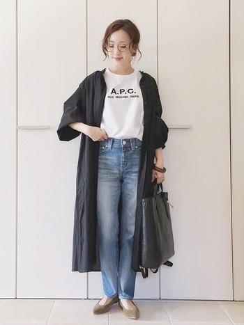Tシャツ×デニムの定番コーデにワンピースを合わせたコーデです。ワンピースを羽織るだけで、秋にぴったりの雰囲気に。バッグのレザー素材がコーデをより秋仕様に。中のTシャツを変えるだけで、どんどんレパートリーが増えますよ。