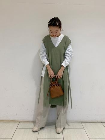 ワンピとして着られるロング丈のベストは、カットソーとパンツを合わせて秋顔に。くすんだグリーンは淡いカラーのパンツと相性◎。ブラウンのレザー風のバッグがコーデをキリっと引き締めてくれますよ。
