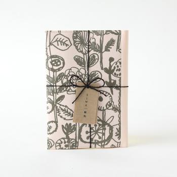 和紙製品ブランドのSIWAとmina perhonenのコラボブックカバーは、ナオロンという素材を使っています。和紙の風合いを楽しめるのに水に強く、破れにくいのが特徴です。使っていくうちに手に馴染むようになり、和紙よりも気軽に使えそう。
