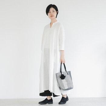 爽やかな白ワンピースは、黒パンツとレイヤードすることで重量感がプラスされて、秋の装いに。靴やバッグもモノトーンを選んで、すっきりと清潔感のあるコーデになりますよ。