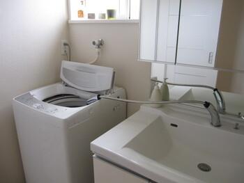 ゴミ取りネットを外し、高水位までお湯を溜めます。酸素系クリーナーの働きが活発になる40~50℃くらいの温度がベスト。洗面台から直接お湯を注ぐほか、バケツなどを使ってもいいでしょう。ぬるくなった残り湯にお湯を足して使う方法も。