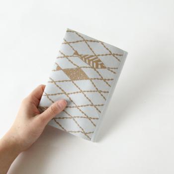 デザインは数種類あるので、ブックカバーで和紙の良さとmina perhonenの世界観を堪能しましょう♪