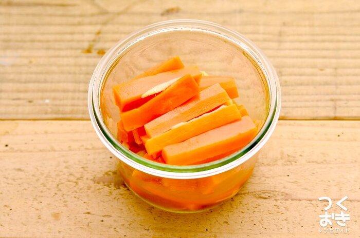 にんじん特有の甘みや香りが苦手な方にも、おすすめ。しょうがで風味付けしてつくる、にんじんのマリネです。10分以内で作れる時短レシピなのに、作ったら冷蔵庫で1週間ほど保存可能。  生姜も温活効果があり、女性に嬉しい食材ですよね。忙しい方の健康を支えてくれる常備菜になりそう◎