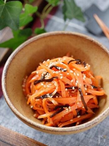 この味付けなら、大量に作っても食べきれそう!昆布の旨みが効いた「にんじんの塩昆布ナムル」です。