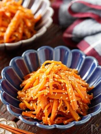 鶏ガラスープ×ごま油×にんにくで、ナムル風にアレンジしたにんじん料理です。にんじんを千切りにしたら、それをフライパンで炒めながら味付けするだけ。常備菜になりますし、冷凍保存も可能です。
