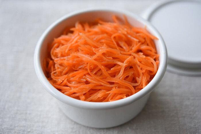 にんじんだけのシンプルなサラダ。気になる味付けは、リンゴ酢、砂糖、塩、サラダ油など。ビタミンCの吸収しやすいのがいいですね。  にんじんだけなので、これをベースにして、サンドイッチの具のひとつにしたり、食べるときにドライフルーツを加えたサラダにしたり、アレンジの幅も無限大〇