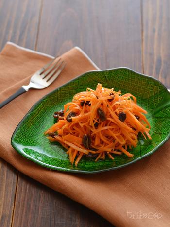 「栄養が摂れる食べ方」としては皮の部分にも多くの栄養が含まれているため、皮ごと食べるのがおすすめ。しかし実際のところ皮をむかないと食感が悪くなる料理も多いので、気になる料理では皮むきを。とにかく美味しく使い切る・食べきることを重視するようにしましょう。  また、にんじんに含まれるβ-カロテンは、脂溶性ビタミン。オリーブ油やオイルドレッシングをかけたり、揚げ物や油炒めとして調理することで、食事での栄養摂取がスムーズになります。