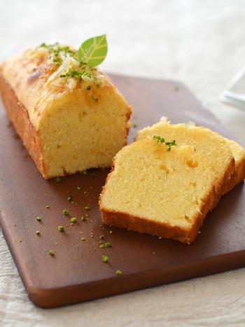 甘さ控えめなレモンのパウンドケーキです。爽やかなレモンの風味でさっぱりと味わえます。仕上げにレモンピールとピスタチオをトッピングしてアクセントに。おもてなしにも喜ばれる1品です。