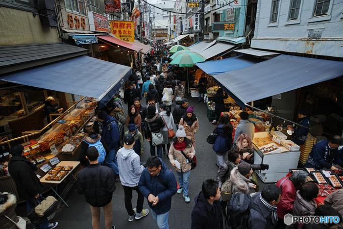 築地市場が移転した後も、隣接する「築地場外市場」には商店や飲食店が数多く残り、買い物や食事に訪れる観光客でにぎわっています。ちなみに、場外市場のお店は水曜・日曜がお休みになることが多いのだそう。お出かけの際は事前にご確認下さいね。