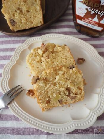 さつまいもが旬の季節に作って食べたい! さつまいもとくるみのパウンドケーキです。バターを使わず、植物油で作るので軽い仕上がりになります。さつまいもはしっかりとつぶすことがポイントだそう。メープルシロップを入れることで、ほんのりやさしいお味が楽しめます♪