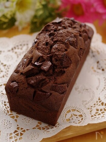 チョコ好きにはたまらない!チョコをたっぷりと使ったパウンドケーキです。チョコレートはお好きなものをチョイスして味の違いを楽しんでみるのも◎ 見た目も華やかで、おもてなしにもピッタリ♪