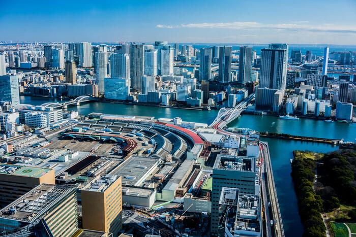 東京の台所と呼ばれる巨大な卸売り市場がある「築地・豊洲」エリア。新旧の市場はどちらもグルメ旅に人気のスポットです。さらに、周辺には子供向けのテーマパークや歴史のある庭園もありますよ。また、「豊洲」と「お台場」はゆりかもめで約15分の距離にあるので、セットでの観光もおすすめです。