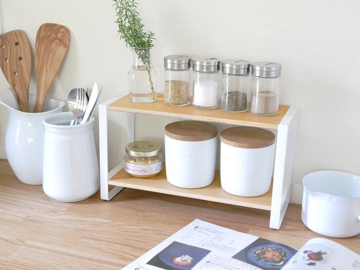 キッチンカウンターや背面の棚上は、よく使う食材や調味料の特等席です。こちらの写真のおように、保存容器を統一すると見た目も素敵で使いやすく。専用のラックを使えば、すっきりとまとまります。ステンレス製ならモダンインテリアがお好みの方に、温かみのある木製ラックならナチュラルなカフェ風インテリアを目指す方にぴったりです。