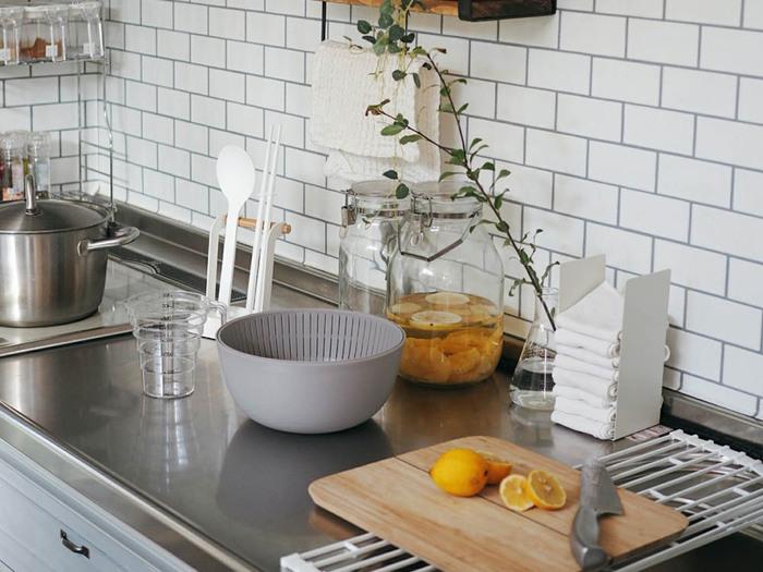 料理のときに作業スペースが狭くなることにイライラしてしまうなら、立てて収納するアイテムを取り入れてみましょう。こちらの写真のように、菜箸などを立てるスタンドをプラスすると使いやすく場所も取らないため便利です。  シンク周りやワークトップは、モノを少なくしていつもすっきりとした状態にしておくと作業がはかどります。