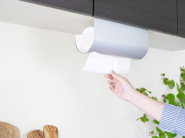 吊戸棚があるキッチンなら、引っかけて設置するタイプの「キッチンペーパーハンガー」はいかがでしょう。調理するワークトップ上など、必要なときにさっと使える場所に設置すれば作業がスムーズに。